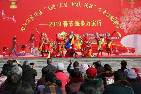 内江东兴区春节前前办的送文化下乡活动 兰自涛 摄.JPG